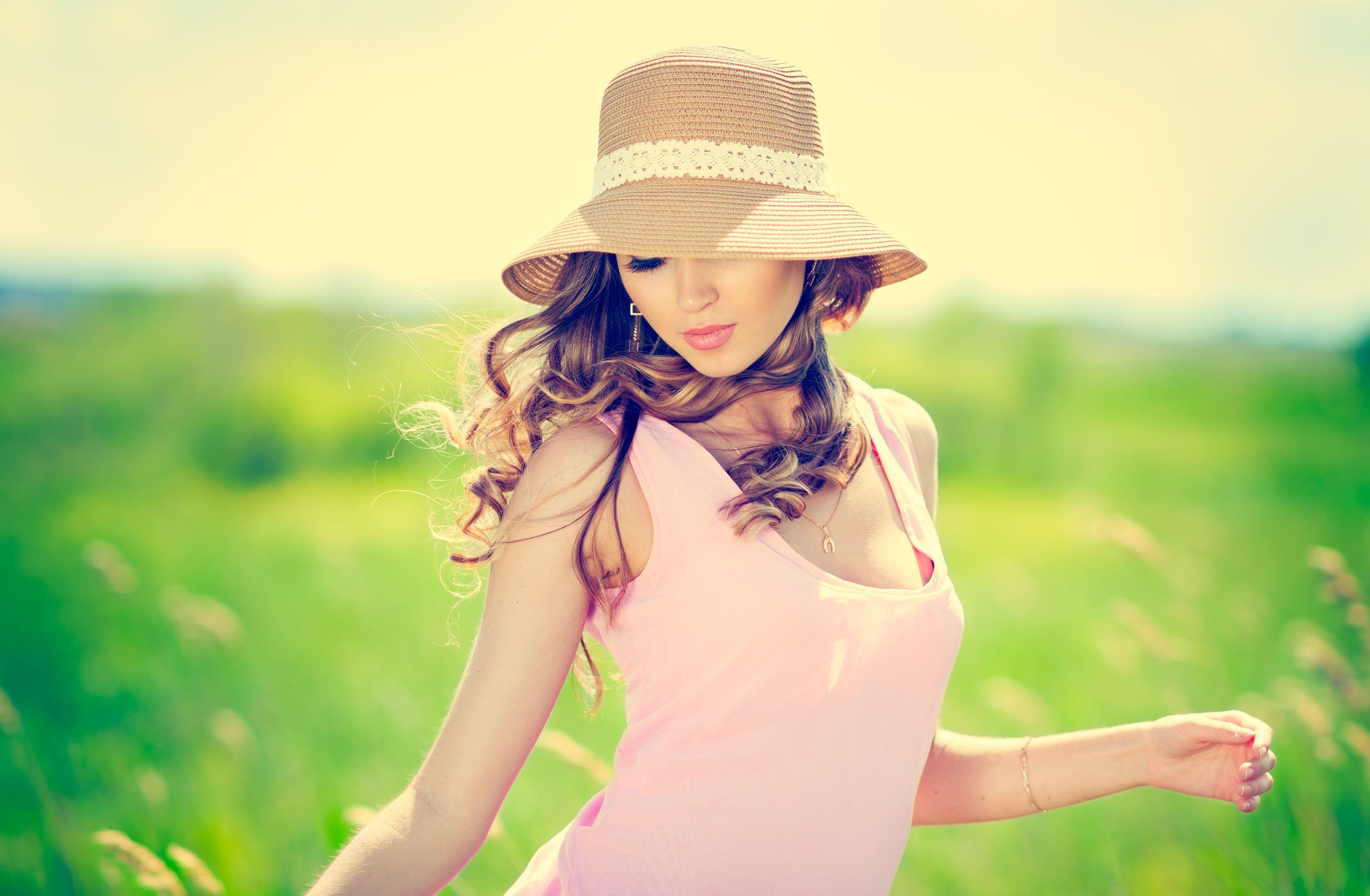 девушка шапка телефон разговор солнце бесплатно