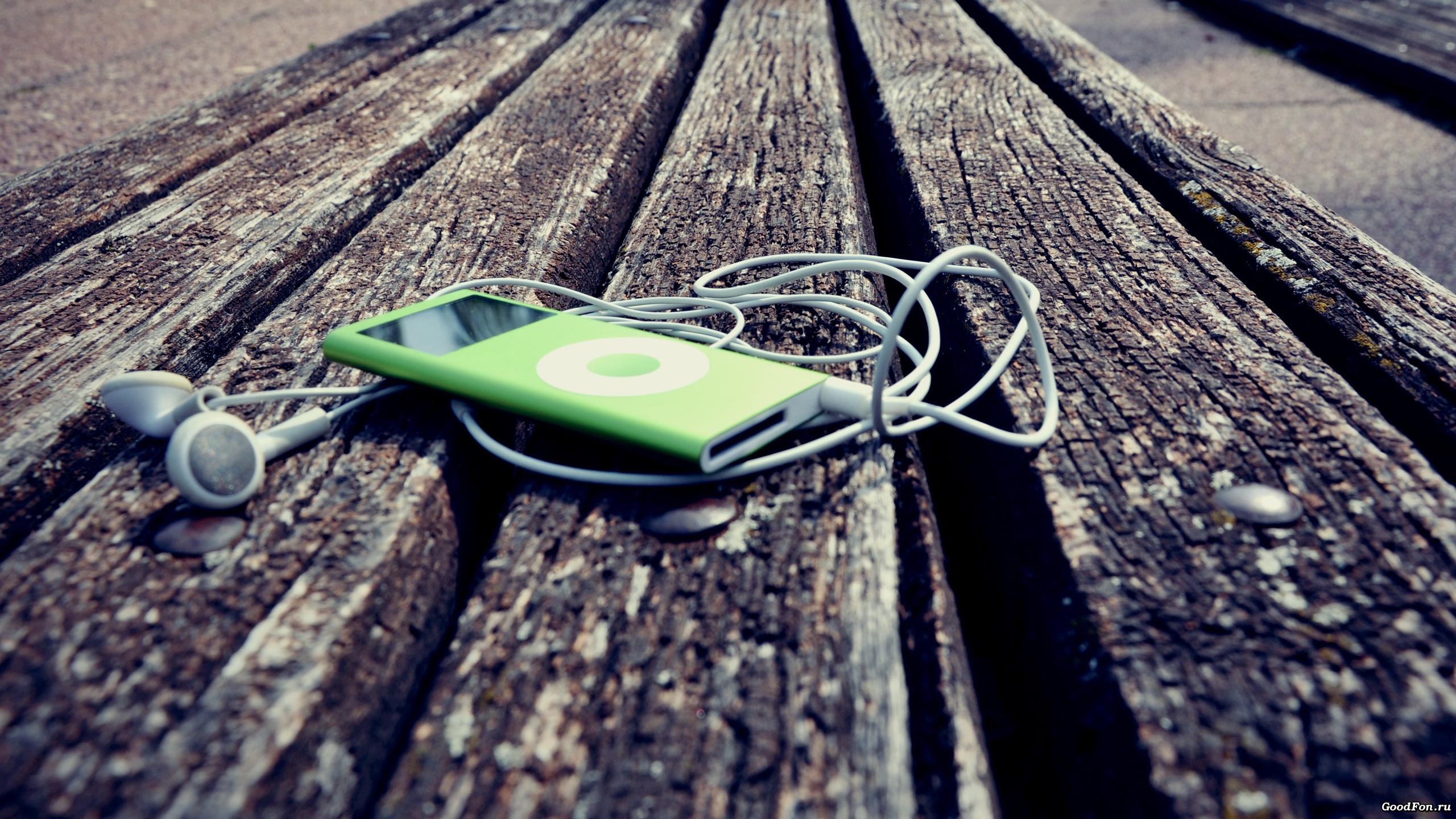 IPhone с розовыми наушниками  № 2843323 без смс