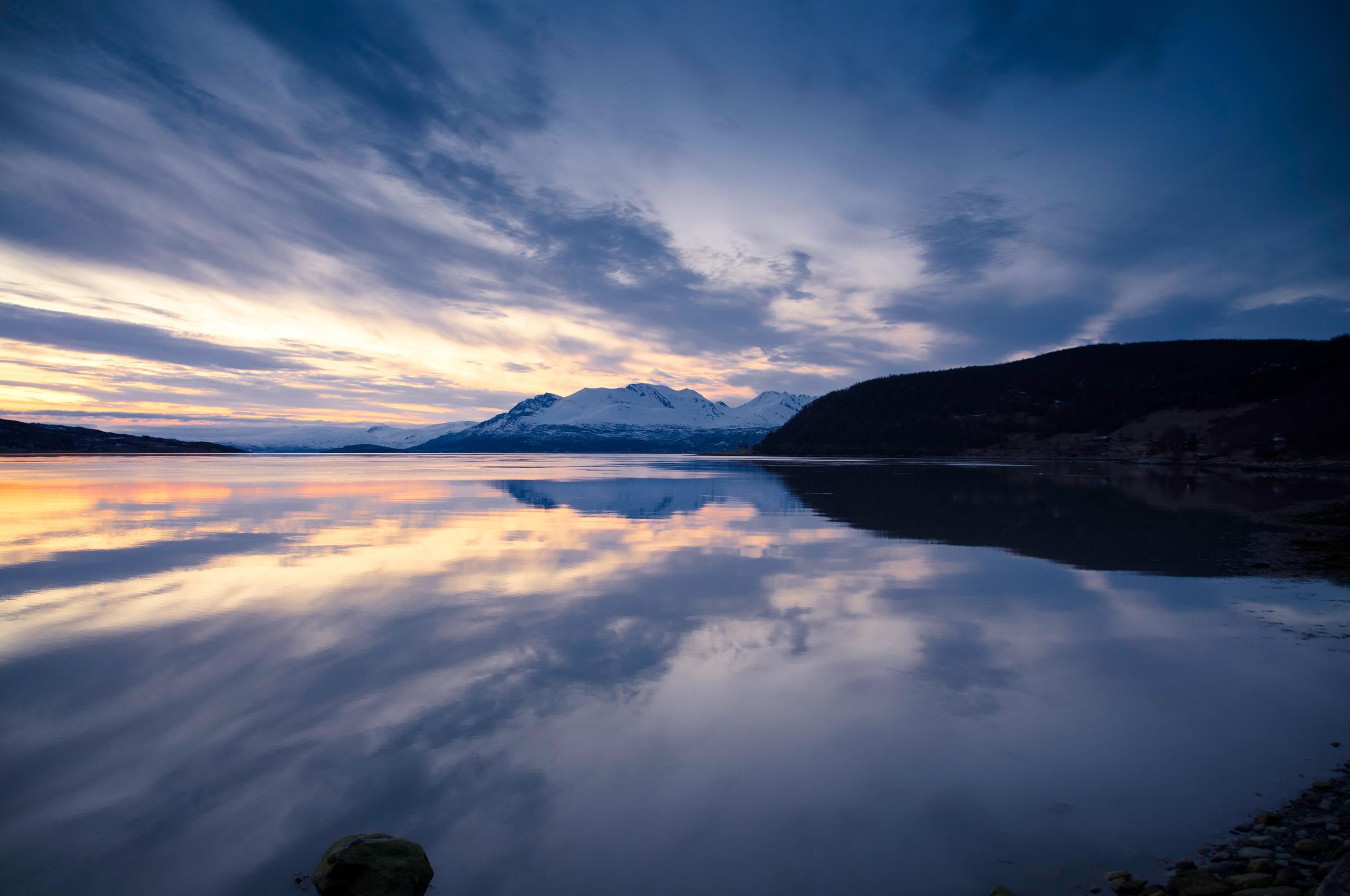 горы, облака, озеро загрузить