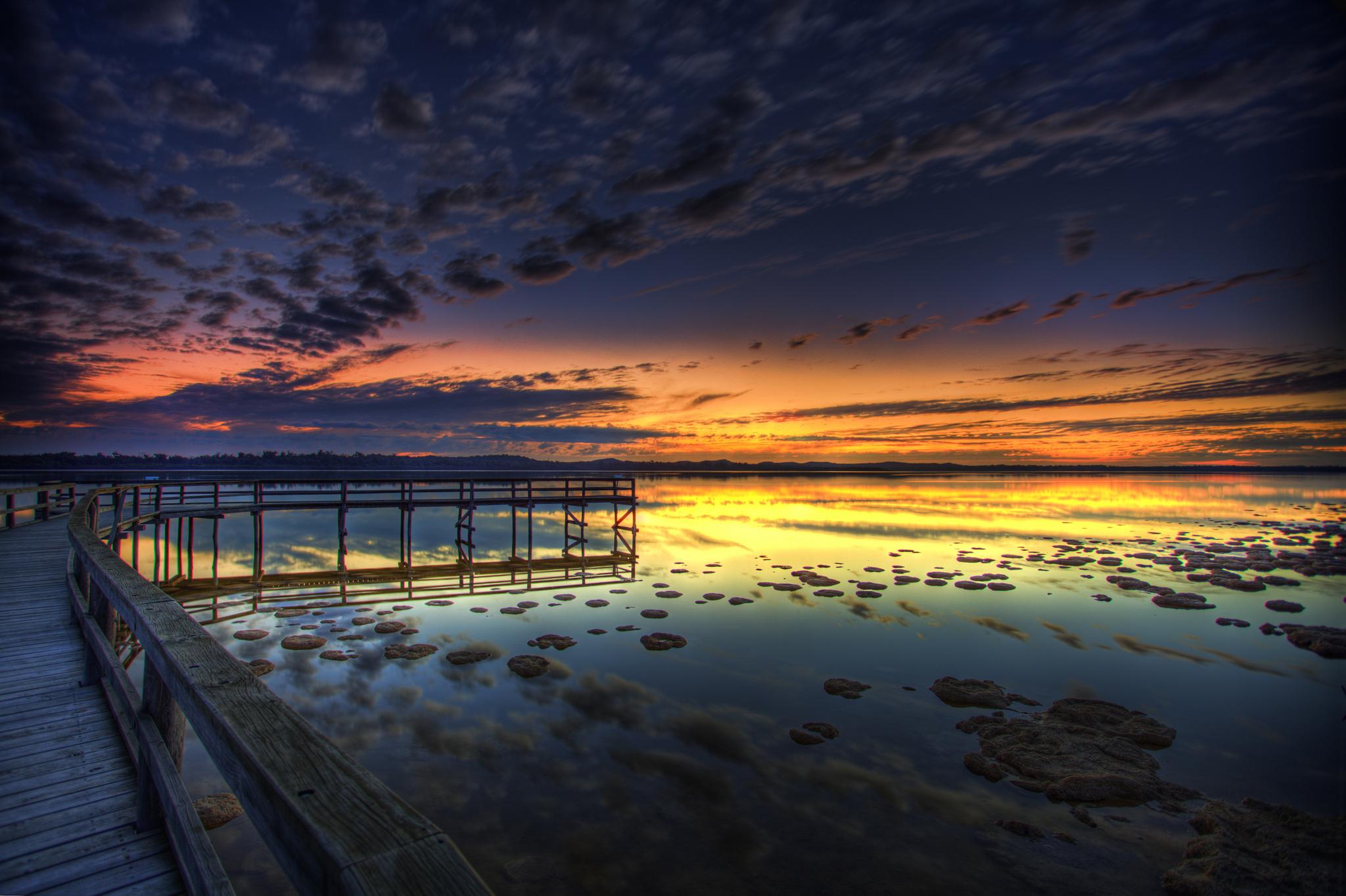 Шикарный закат с причалом бесплатно