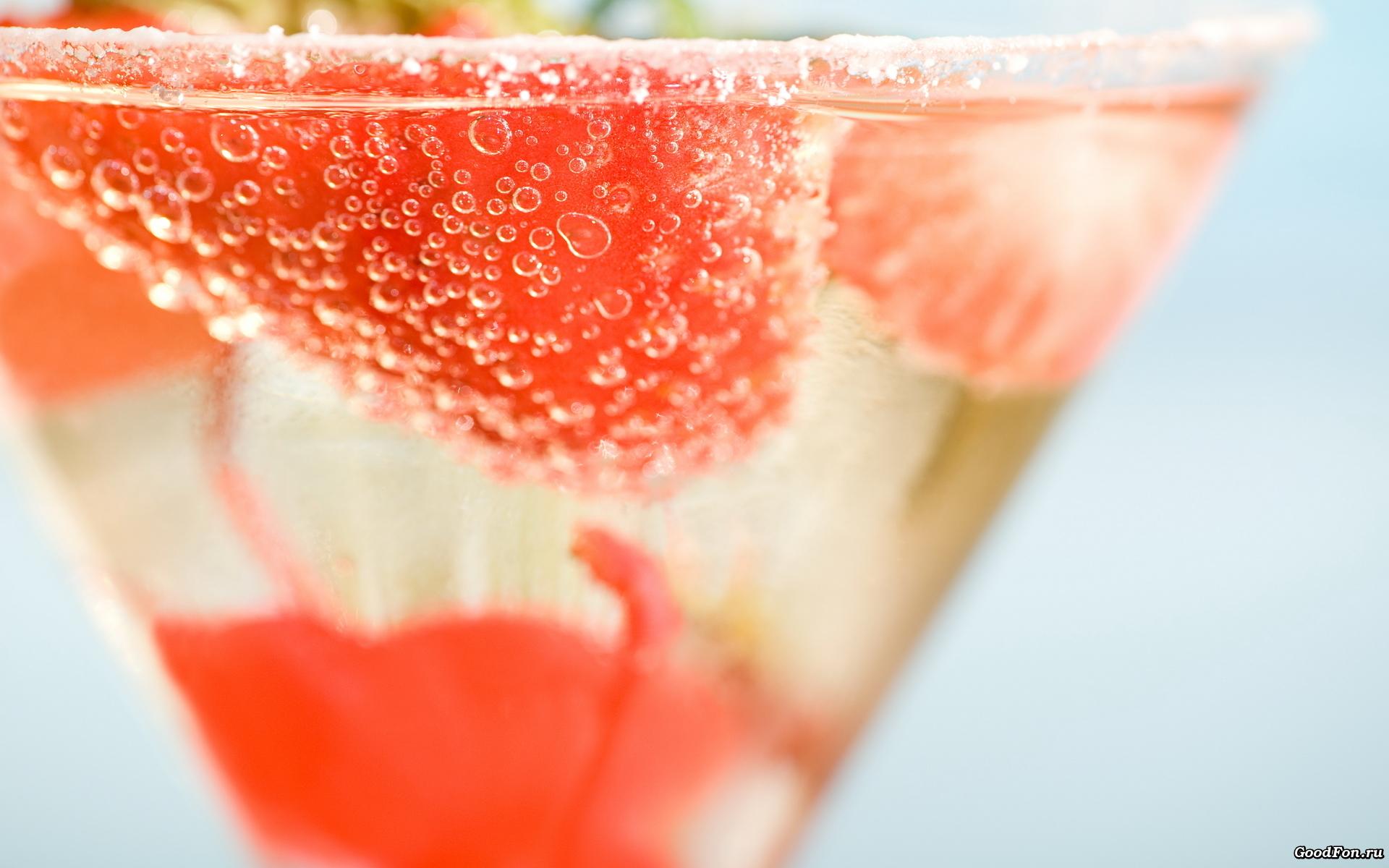 Клубника в стаканах с водой бесплатно