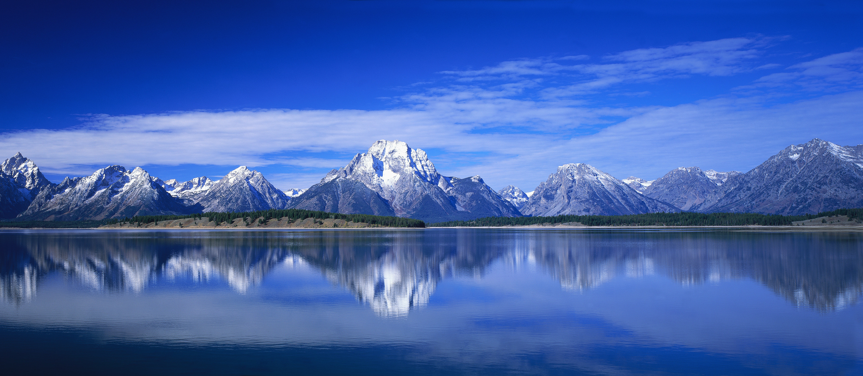 Горы, озеро, поле, звезды, облака бесплатно