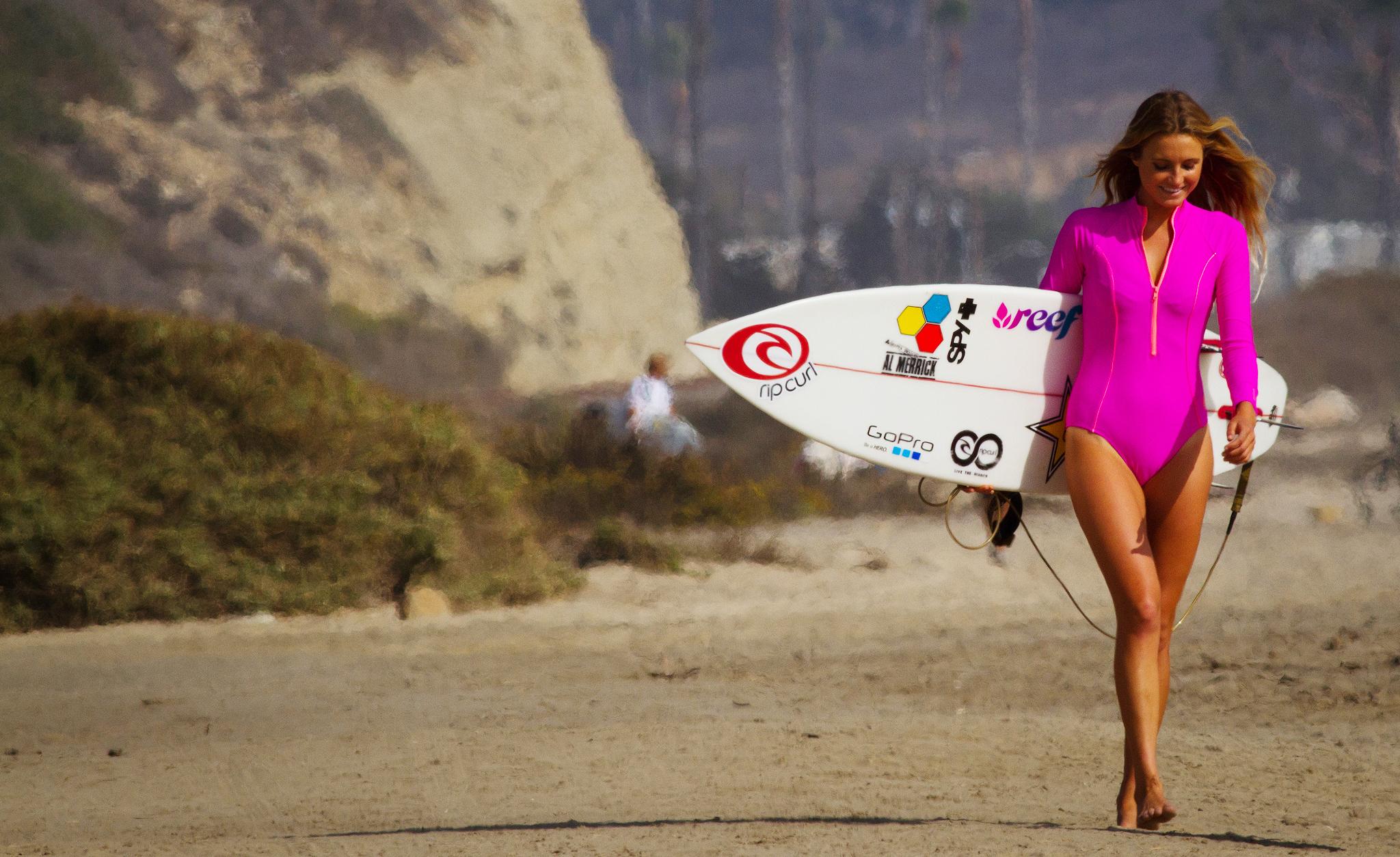 Красотка с доской для серфинга загрузить