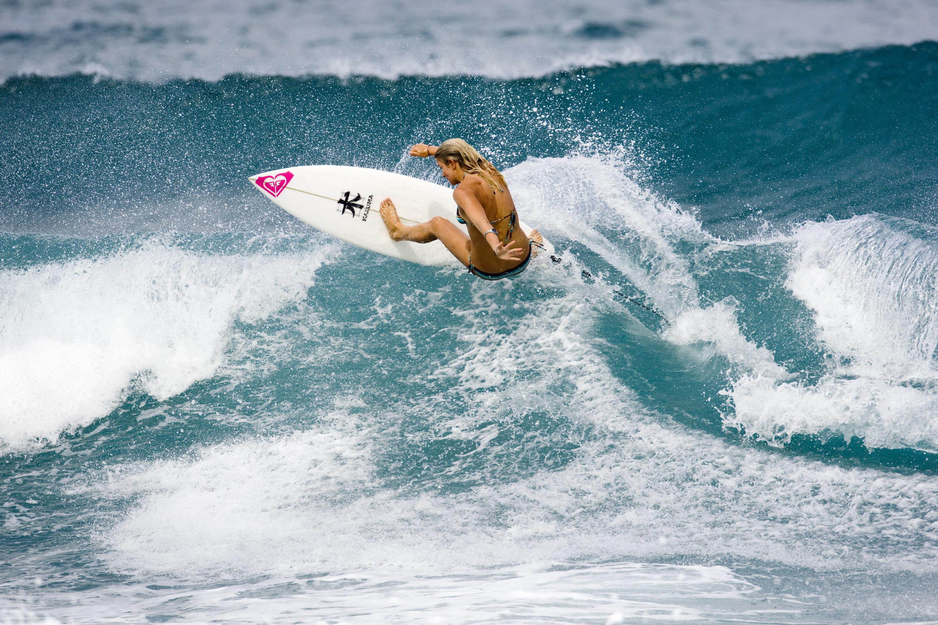 Красотка с доской для серфинга бесплатно